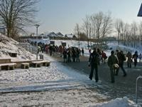 Schüler mit Zeugnissen auf dem Heimweg
