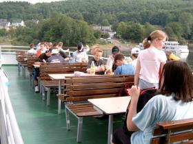 Endlich auf dem Schiff angekommen, suchten sich alle erstmal einen Platz und aßen etwas.