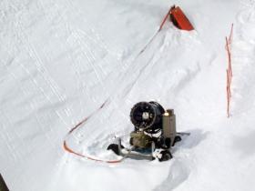 Eine Schneekanone, vom Lift aus gesehen.