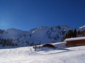 Die Bergstation und ein Stück Piste daneben.