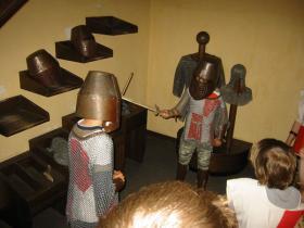 Mit Kettenhemd, Helm und Schwert