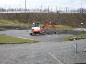 Für das zukünftige Minifußballfeld wurde bereits die Teerdecke entfernt.