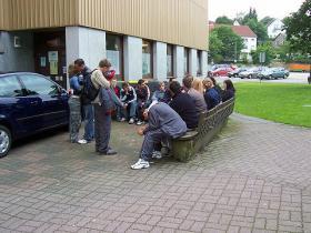 Hier sitzt die Klasse an einem Dorfplatz/ Stadtplatz, wo wir über alles möglich geredet haben.