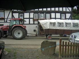 Der Trecker steht schon mit Planwagen bereit.