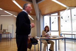 Herr Nierhoff eröffnet die Lesung und begrüßt die Autorin.