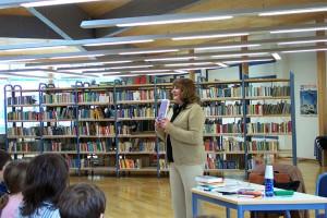 Die Autorin stellt verschiedene Bücher zur Auswahl, aus denen sie bereit ist zu lesen.