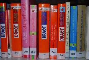Bücher im Regal mit Antolin-Sticker