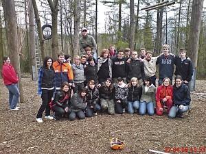Gruppenfoto der Klasse 9.2 im Hochseilgarten mit Trainerinnen
