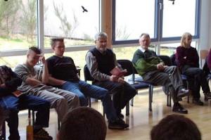 Michael Höhn im Kreis mit seinen Zuhörern
