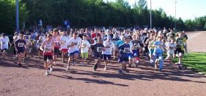 Die jungen Läuferinnen und Läufer gehen auf die Strecke
