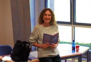 Renate Schoof in der Bibliothek
