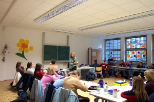 Renate Schoof im Klassenraum