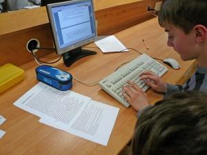 Arbeit am PC und Überarbeiten der Geschichten