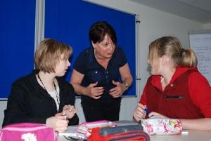 Frau Steenfatt diskutiert Ideen mit Schülerinnen