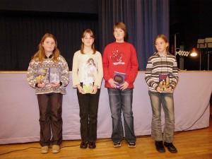 Die Sieger aus der Fünf. Die Schulsiegerin links.