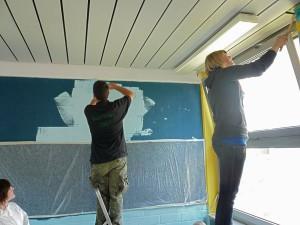 Arbeit an der Decke und Wand