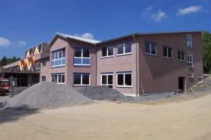 Neben dem Innenausbau wird der Hof angepasst (07.05.2003)