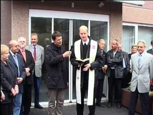 Geistliche beider Konfessionen segnen den Neubau ein.