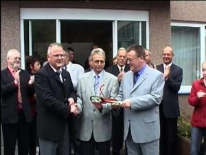 Der Bürgermeister übergibt den beiden Schulleitern den symbolischen Schlüssel